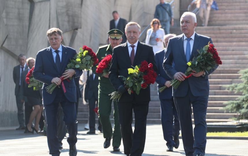 """Торжественно-траурная церемония. Фото gov.spb.ru, """"Metro"""""""