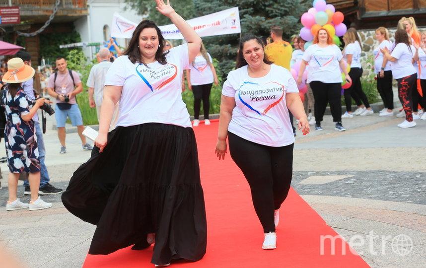 33-летняя стоматолог и модель Видана (слева) на импровизированном подиуме в Измайловском кремле в субботу, 8 августа. Фото Василий Кузьмичёнок