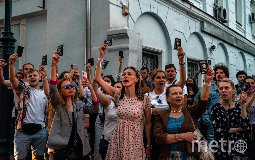 Граждане Белоруссии у здания посольства в Москве. Фото AFP