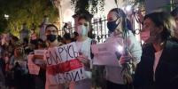 У здания посольства Белоруссии в Москве собрались митингующие: видео
