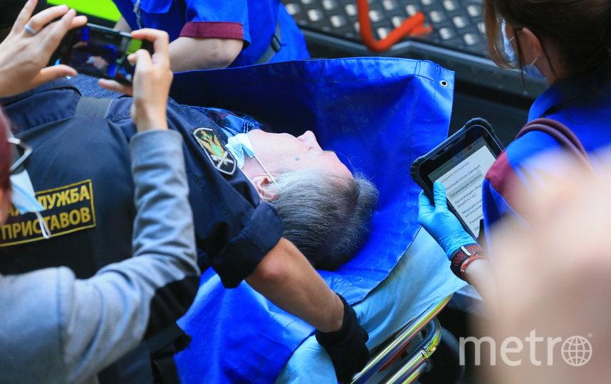 Михаила Ефремова несут в машину скорой. Фото Василий Кузьмичёнок