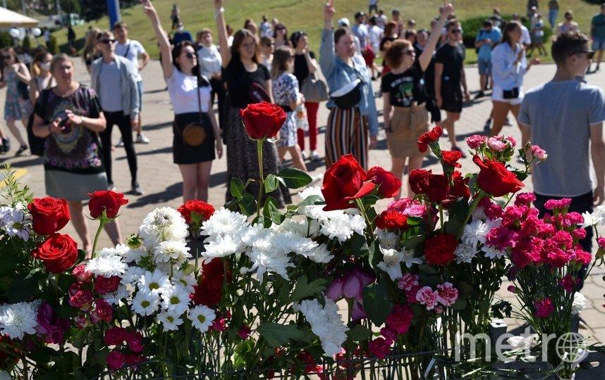 Люди собрались на том месте Минска, где погиб один из протестующих. Фото AFP
