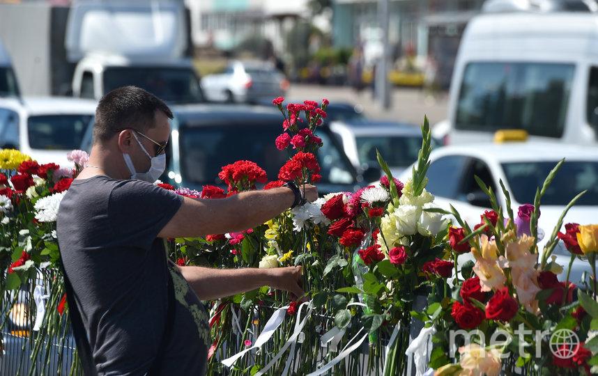 Мужчина возлагает цветы к тому месту в Минске, где погиб один из протестующих. Фото AFP
