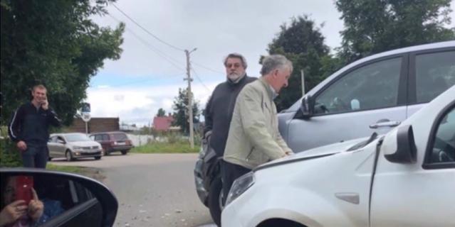 Актер не уступил дорогу легковому автомобилю и врезался в него.