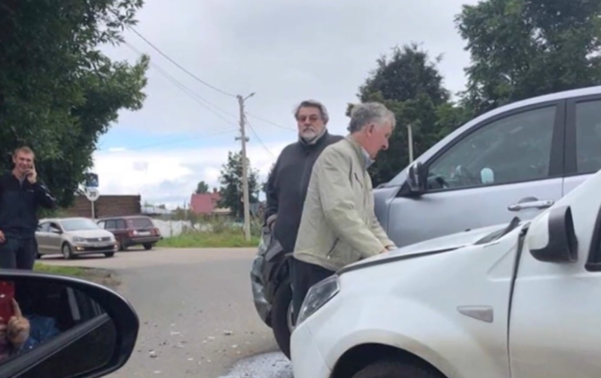 """Актер не уступил дорогу легковому автомобилю и врезался в него. Фото скриншот с видео ТРК """"Звезда"""""""