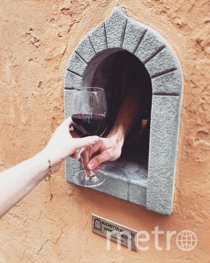 """Через """"винные окошки"""" продаются различные товары. Фото Facebook, Wine Windows Association"""