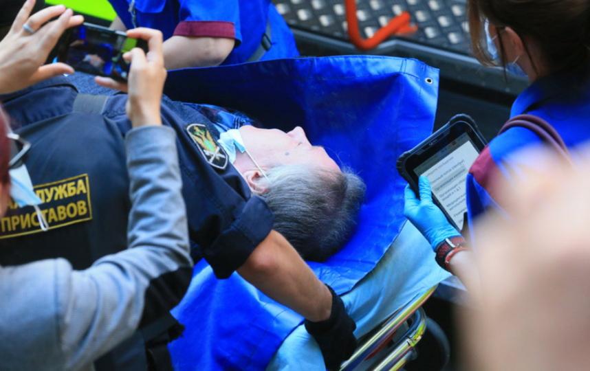 """Михаила Ефремова переносят в машину скорой. Фото Василий Кузьмичёнок, """"Metro"""""""