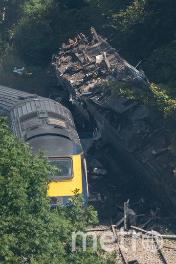 Поезд загорелся после того, как сошёл с крутой насыпи. Фото AFP