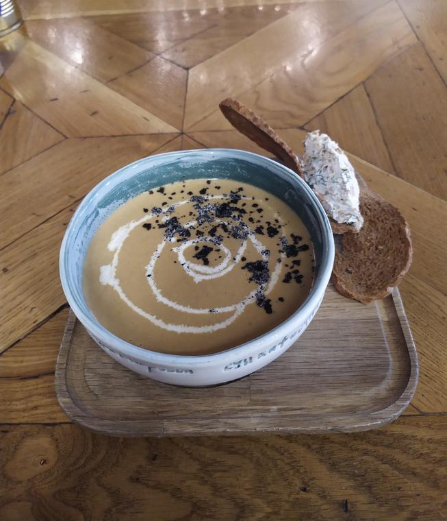 """Крем-суп из лисичек подается с сырным кнели. Фото Ксения Назарова, """"Metro"""""""