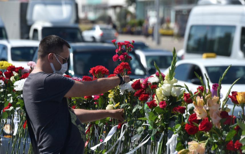 К месту, где погиб один из протестующих в Минске, несколько дней люди несут цветы. Фото AFP