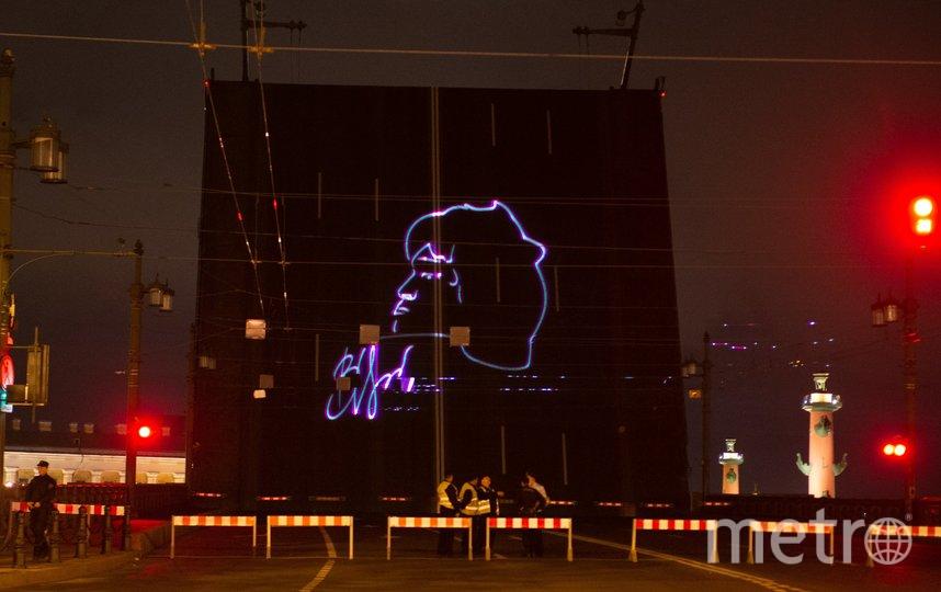 """Разводной пролёт моста украсил профиль музыканта и его автограф. Фото Святослав Акимов, """"Metro"""""""