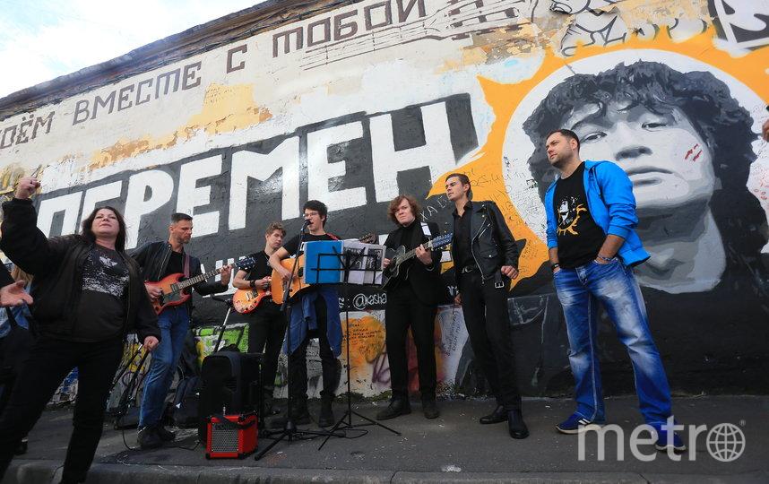 У стены Цоя на Арбате люди исполяют песни легендарного музыканта. Фото Василий Кузьмичёнок