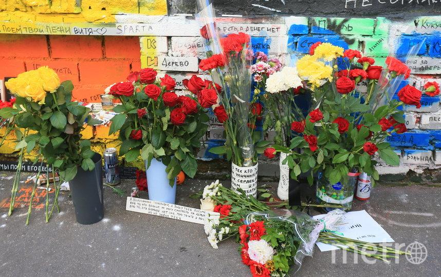 Поклонники Виктора Цоя возложили цветы к стене музыканта на Арбате. Фото Василий Кузьмичёнок