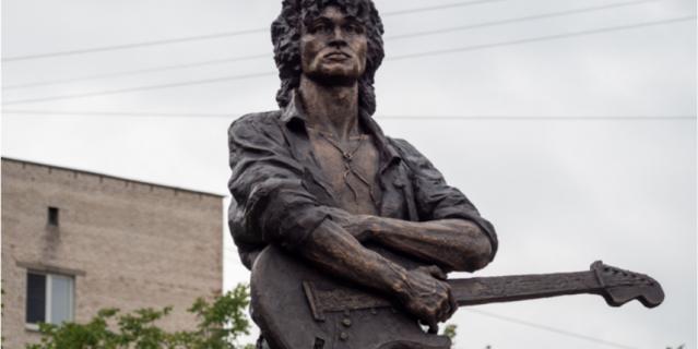 Памятник Цою в Петербурге.