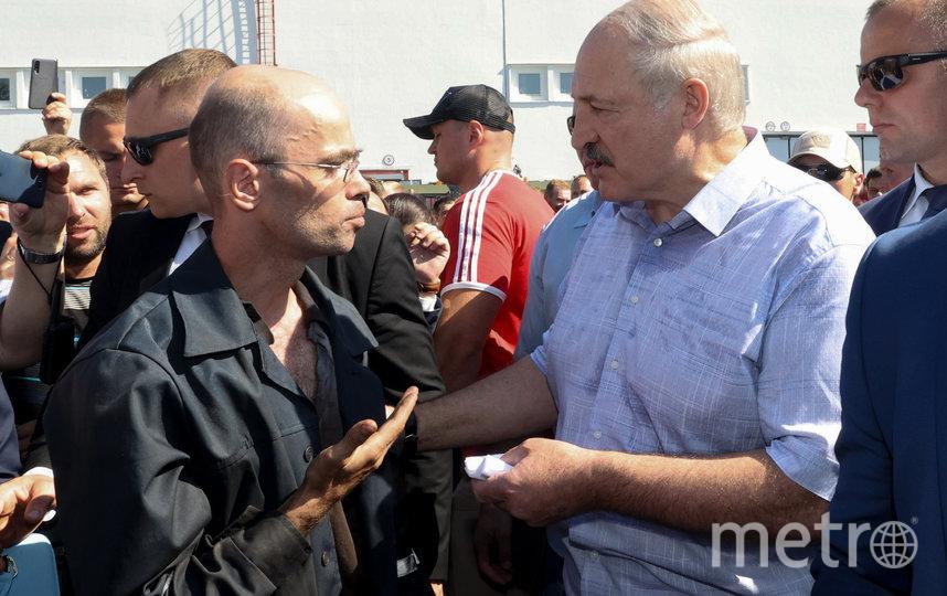 Лукашенко разговаривает с одним из работников МЗКТ. Фото AFP
