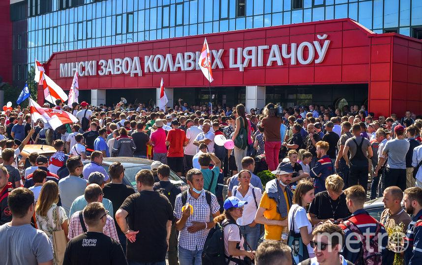 Толпа протестующих возле минского завода по производству колёсных тягочей. Фото AFP