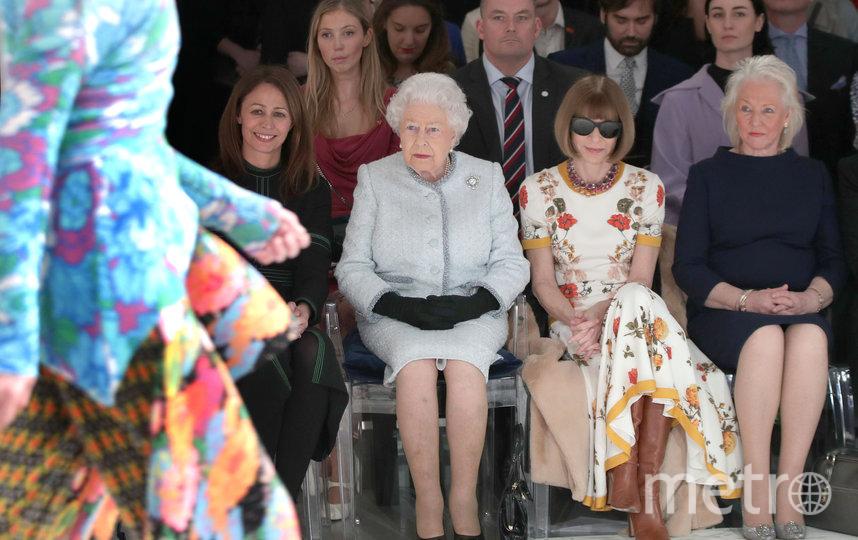 Королева Елизавета II и Анджела Келли (справа) на Неделе моды в Лондоне. Архивное фото. Фото Getty