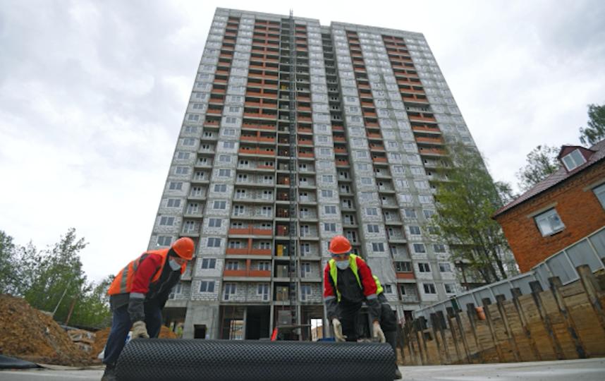 Рабочие на строительной площадке жилого дома на улице Парковой, владение 31 в Москве. Фото Григорий Сысоев, РИА Новости