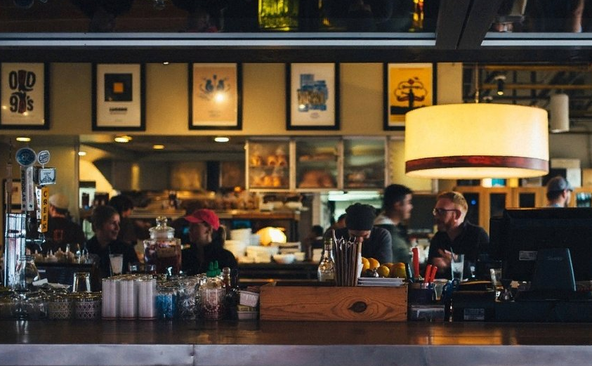Барам и ресторанам в центре Петербурга могут разрешить работать при площади от 25