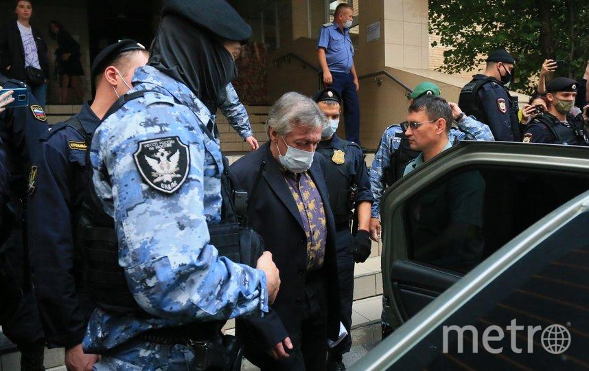 Актёр Михаил Ефремов у здания Пресненского суда. Фото Василий Кузьмичёнок
