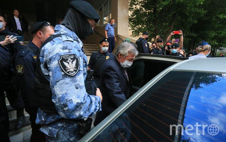 Михаил Ефремов возле Пресненского суда Москвы. Фото Василий Кузьмичёнок