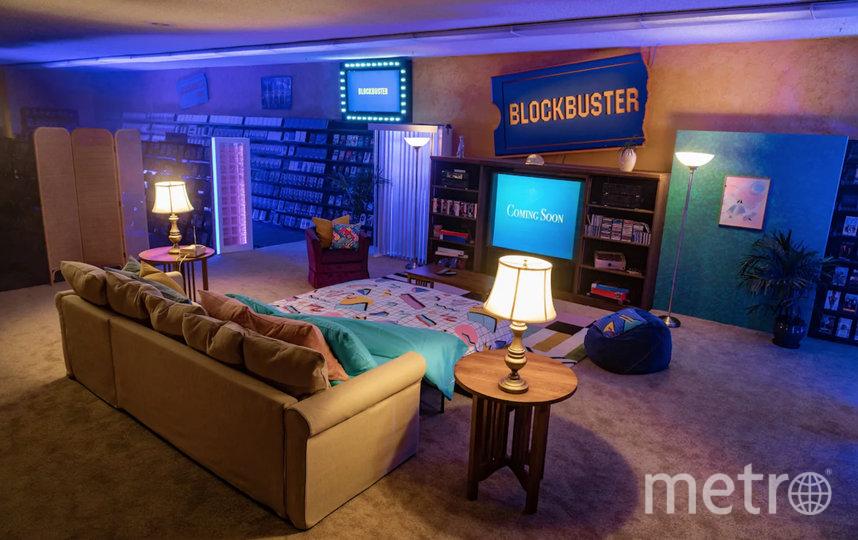 В помещении установили диван-кровать и телевизор для комфортного просмотра фильмов.