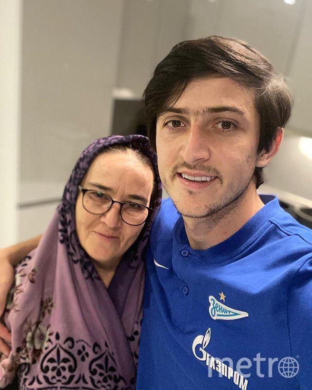 Сердар Азмун с мамой. Фото instagram.com/sardar_azmoun/.