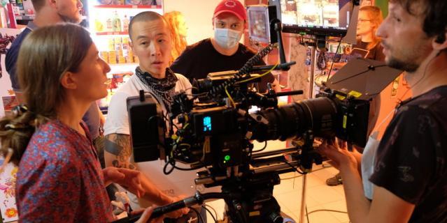 """Старт съёмок фильма """"Продукты 24"""". Режиссёр – в маске и красной кепке."""