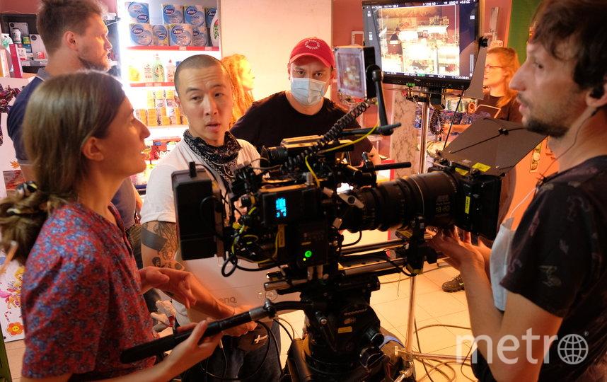 """Старт съёмок фильма """"Продукты 24"""". Режиссёр – в маске и красной кепке. Фото пресс-служба Metrafilms"""
