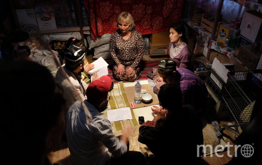 Съёмки одной из сцен фильма «Продукты 24». В роли Мухаббат – Зухара Сансызбай (вверху справа). Фото пресс-служба Metrafilms
