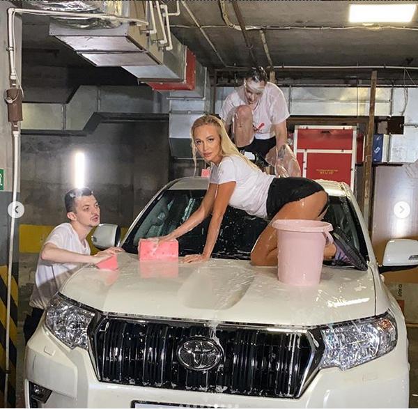 Виктория Лопырёва эротично помыла авто. Фото скриншот: instagram.com/lopyrevavika/