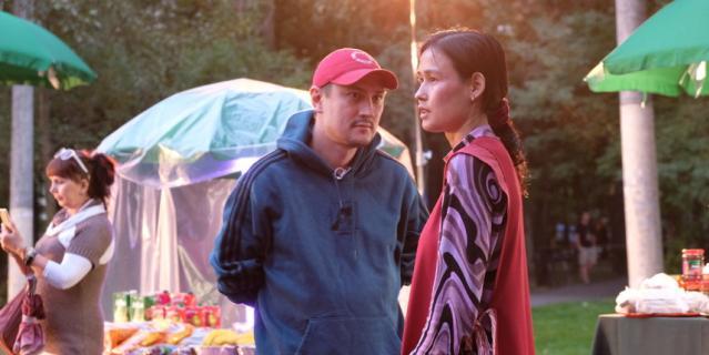 Режиссёр Михаил Бородин и актриса Зухара Сансызбай, на съёмках эпизода на городской площади.