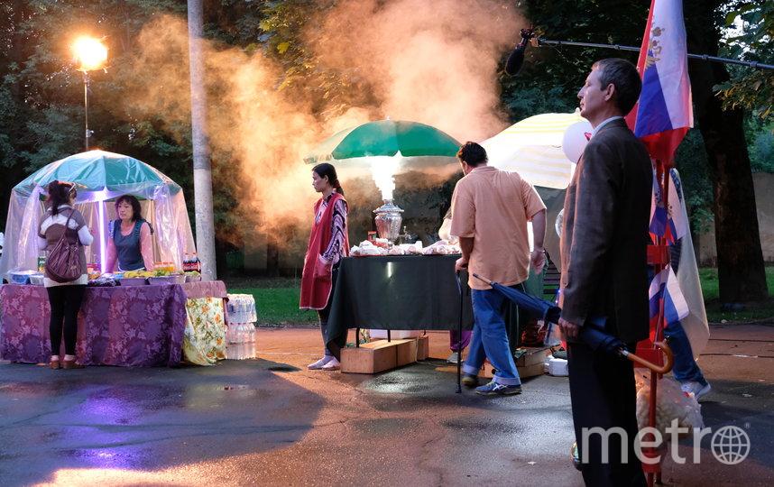 """На городской площади – праздник, среди веселящиъся людей выделяется напуганная Мухаббат, девушка в фартуке, сбежавшая из магазина. Новый день съёмок фильма """"Продукты 24"""". Фото пресс-служба Metrafilms"""