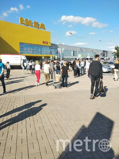"ТРК ""МЕГА Дыбенко"" эвакуировали. Фото Metro."