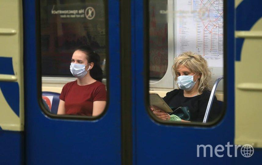В Дептрансе Москвы напомнили, что носить маски в Московском транспорте обязательно. Фото Василий Кузьмичёнок