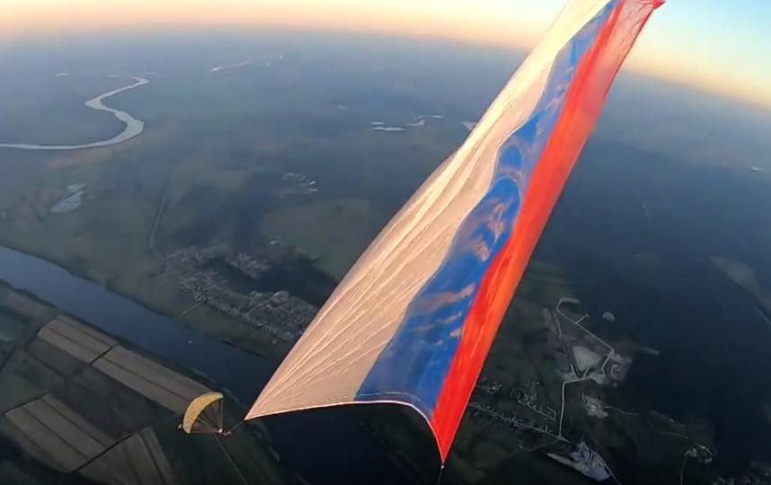 Вес флага составил почти 100 кг. Фото Александр Валеев, Скриншот Youtube