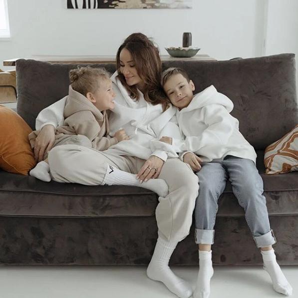 """Айза Долматова с детьми. Фото Скриншот Instagram: @aizalovesam, """"Metro"""""""