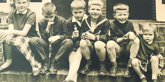 В детстве Аннетт (справа) проводила много времени со своими кузенами и старшей сестрой Эвелин, впоследствии ставшей политиком и дипломатом.