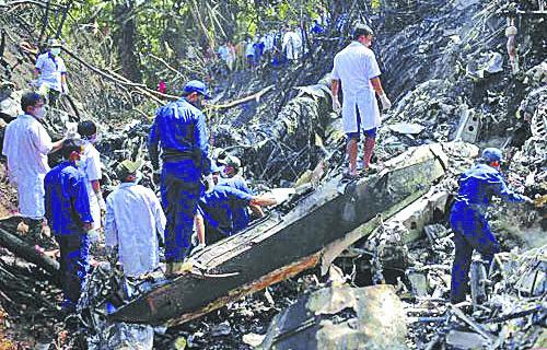 На место авиакатастрофы самолёта Як-40 пришли сотни вьетнамцев.
