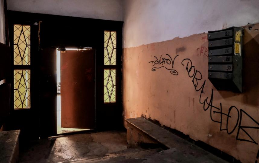 """Парадную, где жил Довлатов, """"украсили"""" надписями. Фото Алена Бобрович, """"Metro"""""""