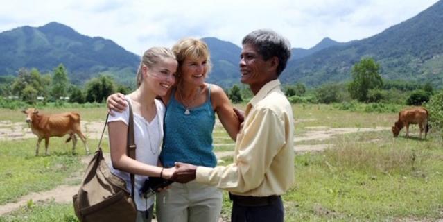 """Аннетт с дочкой Йосси встретилась во Вьетнаме с человеком по имени Cao Van Hanh, который первым нашёл её в джунглях – """"Мишкой Паддингтоном""""."""