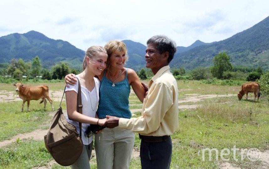 """Аннетт с дочкой Йосси встретилась во Вьетнаме с человеком по имени Cao Van Hanh, который первым нашёл её в джунглях – """"Мишкой Паддингтоном"""". Фото предоставила Annette Herfkens, """"Metro"""""""