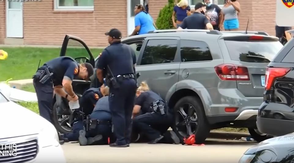 Офицеры оказали помощь раненому мужчине, затем он был доставлен в больницу в Милуоки. Фото CBS This Morning, Скриншот Youtube