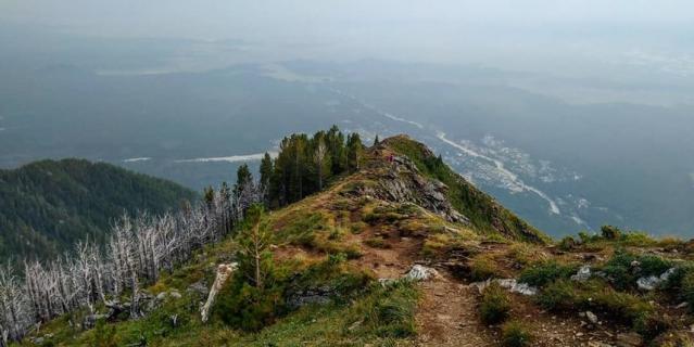 Необязательно доходить до вершины, панорама на Аршан открывается уже после первого километра пути.