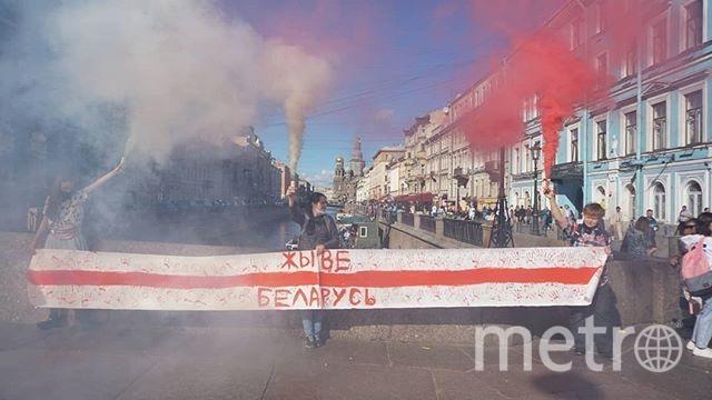 Активисты растянули баннер в поддержку протестующих в Белоруссии. Фото instagram.com/suicidal_friday/.