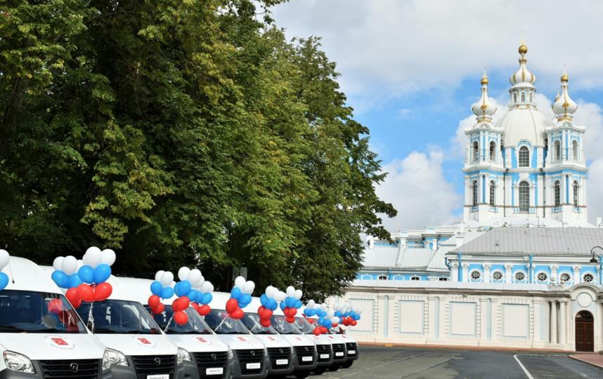 """Микроавтобусы для многодетных семей. Фото gov.spb.ru, """"Metro"""""""