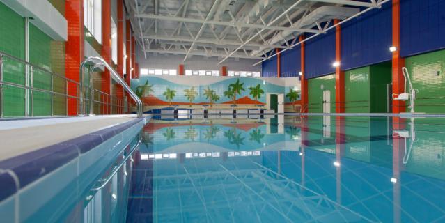 В новых школах есть бассейны и удобные спортивные залы.