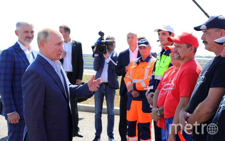 Владимир Путин кратко беседовал с рабочими АО «ВАД», принимавшими участие в строительстве трассы «Таврида». Фото kremlin.ru