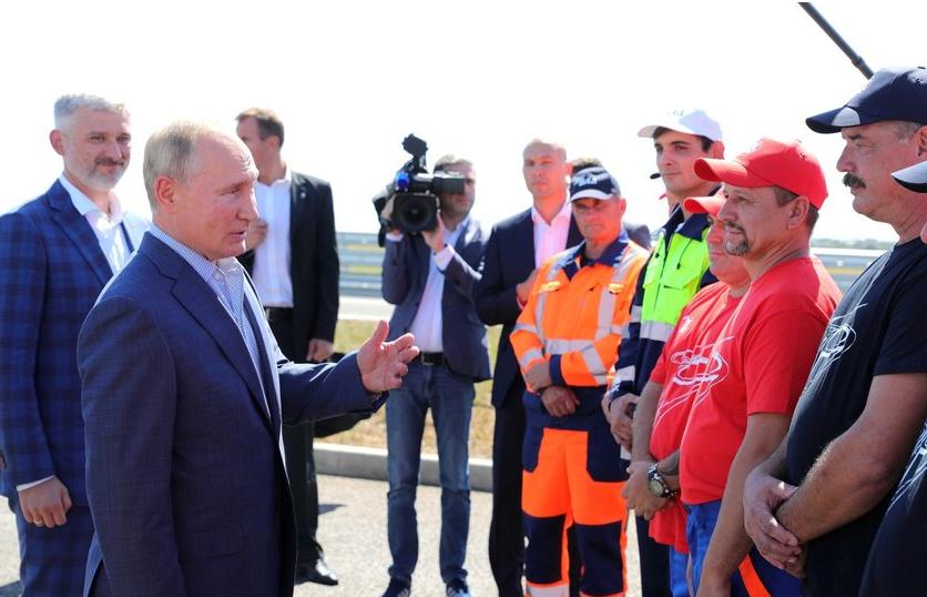 Владимир Путин кратко беседовал с рабочими АО «ВАД». Фото kremlin.ru.