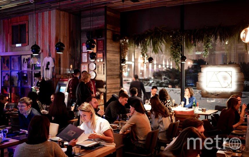 Зал ресторана AQ Kitchen после пандемии не настолько заполнен, как на фото с сайта, но и не пустует. Фото сайт aq.kitchen